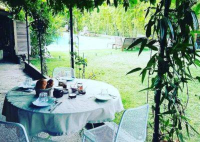 Table sous la tonnelle dans la jardin de la maison de Julia.