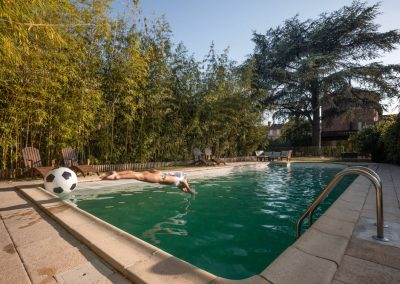 Personne qui plonge dans la piscine de la maison de Julia à Albi.