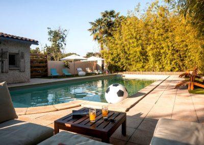 Vue de la piscine de la maison de Julia à partir du salon de jardin.