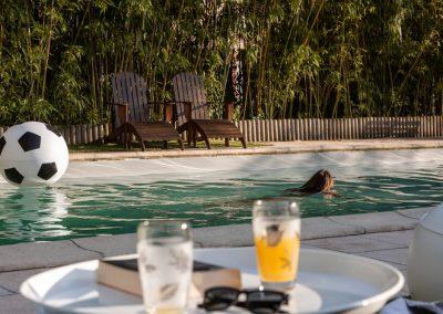 Vue de la piscine à partir des chaises longues (au premier plan, plateau avec rafraîchissements).