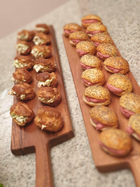 Petits hamburgers et sandwichs servis lors des évènements à la Maison de Julia