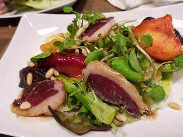 Assiette de salade gourmande au magret de canard servie lors des tables d'hôtes de la Maison de Julia.