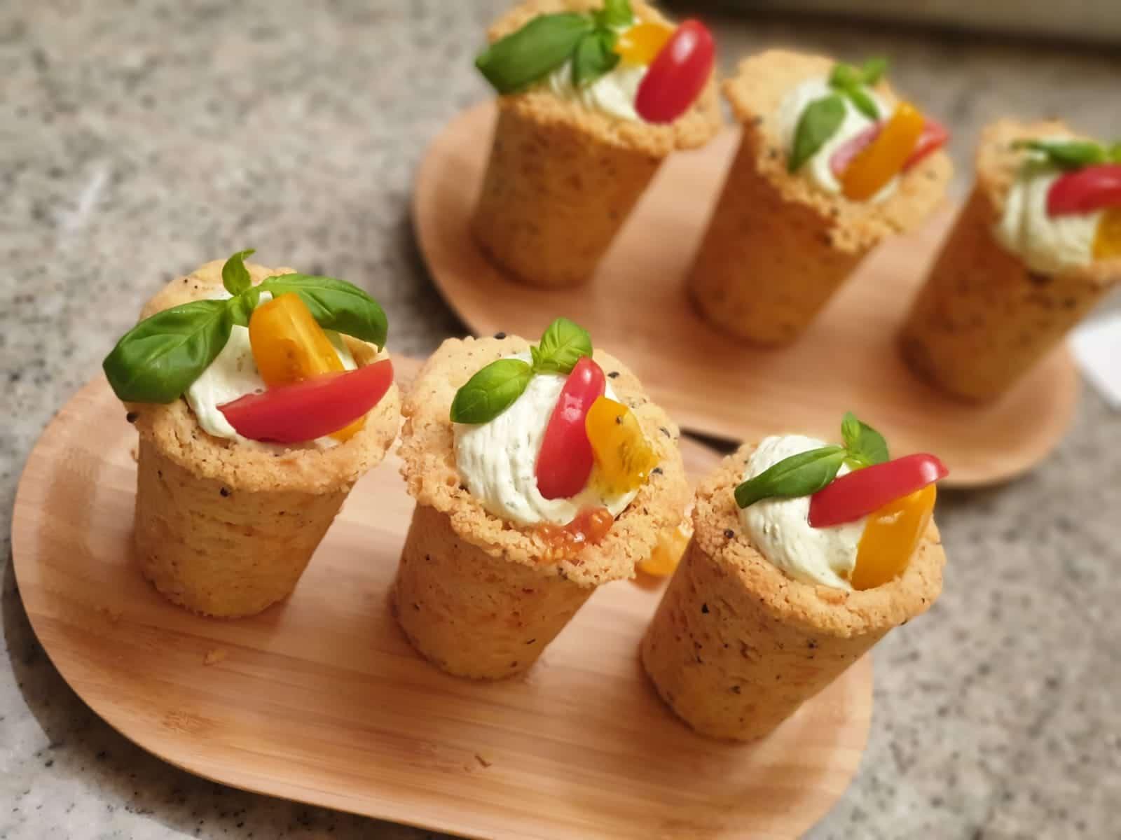 Photo de moules en biscuit avec crème mozzarrella, tomates et basilic - Maison de Julia